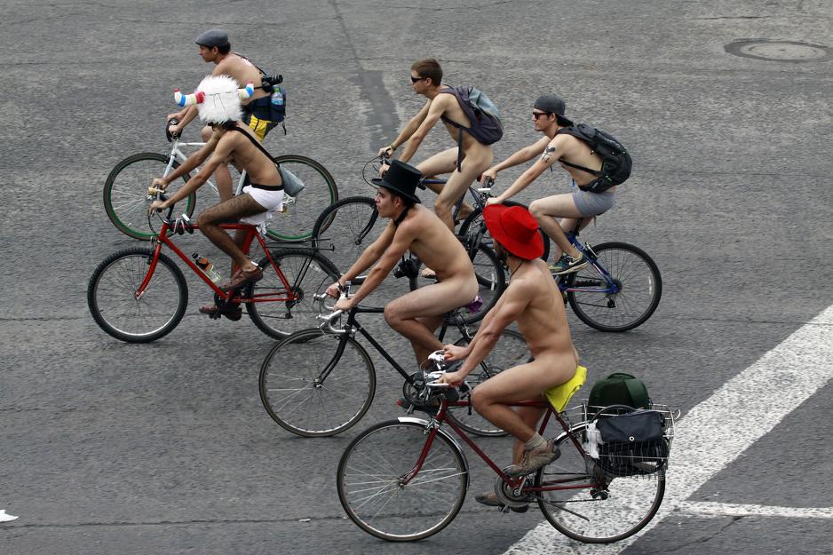 голый велопробег в защиту окружающей среды